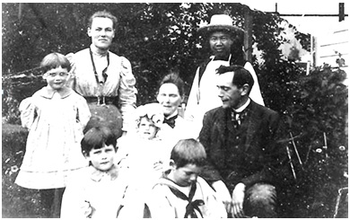 Hewitt Bostock family, Monte Creek, British Columbia, Glenbow Archives NA-3047-9, http://ww2.glenbow.org/search/archivesPhotosResults.aspx?XC=/search/archivesPhotosResults.aspx&TN=IMAGEBAN&AC=QBE_QUERY&RF=WebResults&DL=0&RL=0&NP=255&MF=WPEngMsg.ini&MR=10&QB0=AND&QF0=File+number&QI0=NA-3047-9&DF=WebResultsDetails.