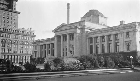 Vancouver Courthouse, Vancouver City Archives, CVA 1376-128 - [View of the Vancouver Courthouse from Hornby Street], http://searcharchives.vancouver.ca/view-of-vancouver-courthouse-from-hornby-street.