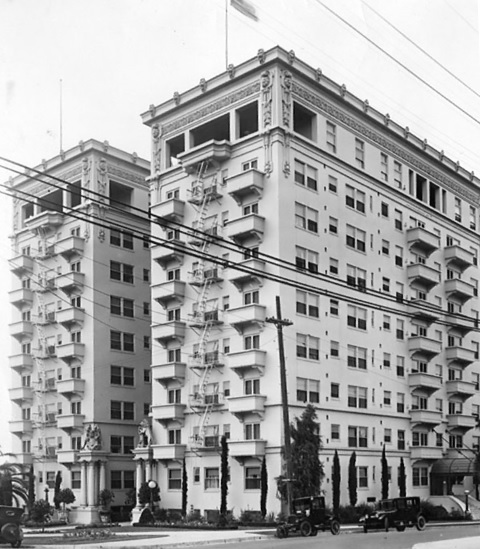 Bryson Apartments / Keystone Photo Service, Los Angeles Public Library, http://jpg3.lapl.org/pics14/00026761.jpg