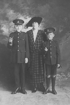 Murphy Family, 1920s, Edward Owen Murphy, Agnus Murphy(nee Kirkwood, mother), John Denman Kirkwood Murphy; St. Michael's University School; https://www.smus.ca/archives/photo/11020