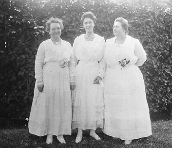 Sophronia Ludgate, Irene Renton (wife of George Renton Jr.) and Kate Lewis Renton (sister of Sophronia Ludgate); Throwback Thursday: Meda's relatives in Hawaii in the 1920s; posted on April 17, 2014 by Ian Lind; http://ilind.net/gallery_2014/renton_hawaii/source/2.html.