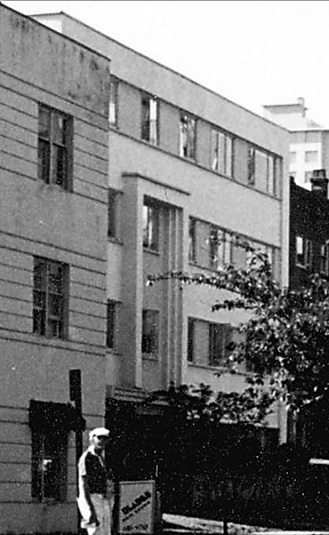 1818 Robson Street [Radbury Apartments], probably between 1980 and 1987; detail from Denman and Robson Streets looking west; Vancouver City Archives; CVA 772-546; https://searcharchives.vancouver.ca/denman-and-robson-streets-looking-west.