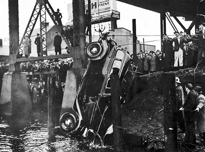People watch the MacLean's car being lifted out of the water - 1938 - Vancouver City Archives - Trans P114-2